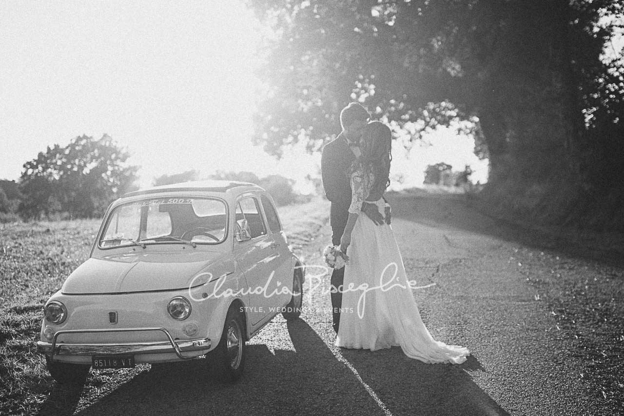 -Kiss-BW-blackandwhite-couple-car-oldfashion-italianstyle-brideandgroom-nature-romantic-landscape-moment-kiss-eventdesign-fiat-love