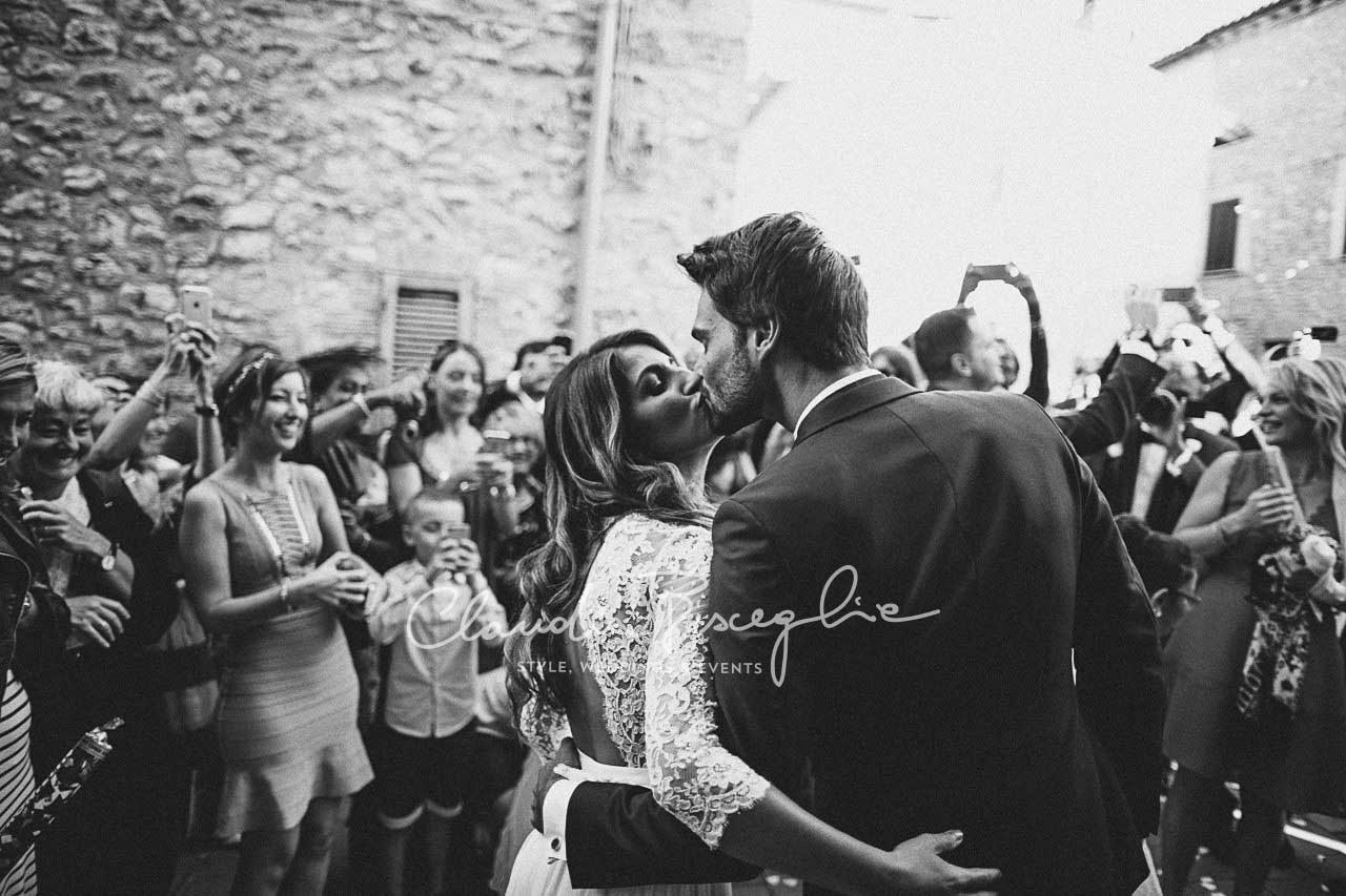 -Kiss-couple-marriage-loveatfirstsight-wedding-ceremony-wifeandhusband-atmosphere-magic-instamoment-igers-weddingstyle-stylegram-dreamscometrue-copia